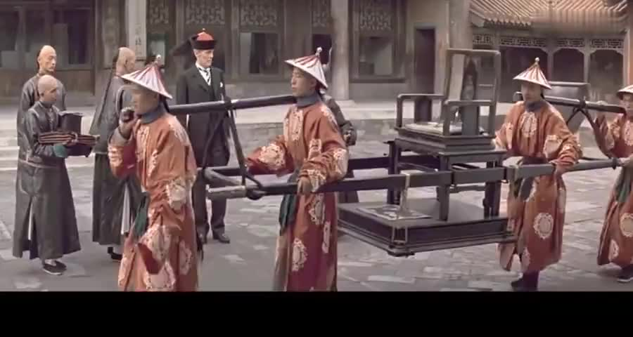 因为太监向洋人索要小费,所以被皇上责打数十大板,荒唐了