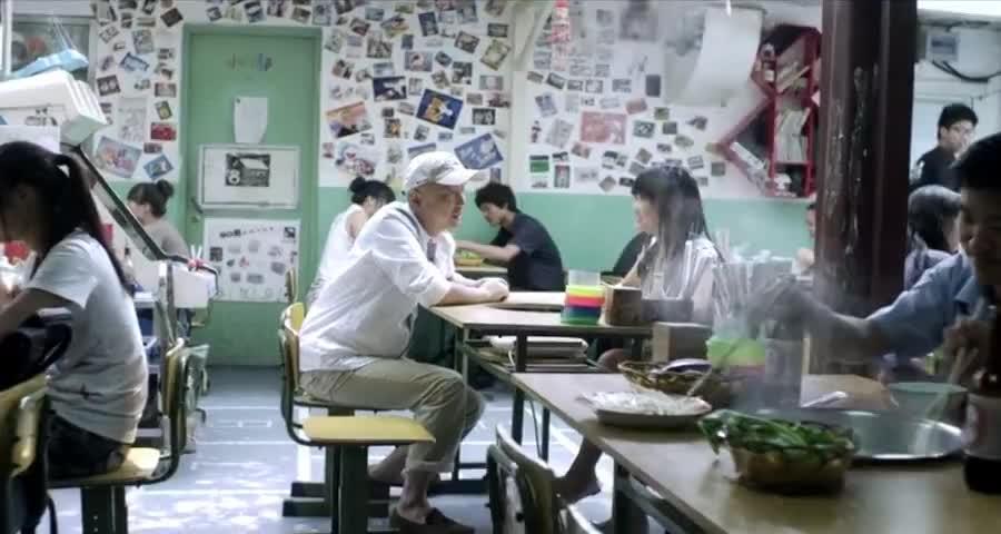 大叔装嫩去教室餐厅,一响广播体操暴露了,服务员你70后吧