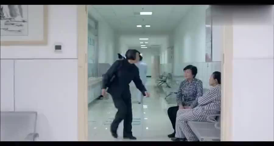 父亲病危急需钱做手术,母亲不帮忙,反而在医院频频上演荒唐闹剧