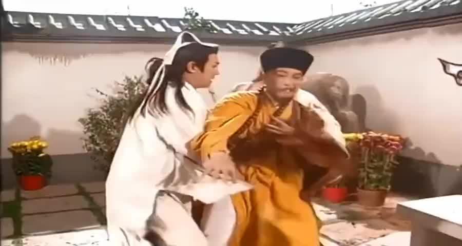 妖僧口出狂言,不料乔峰甩出一套降龙十八掌,直接把妖僧打吐血