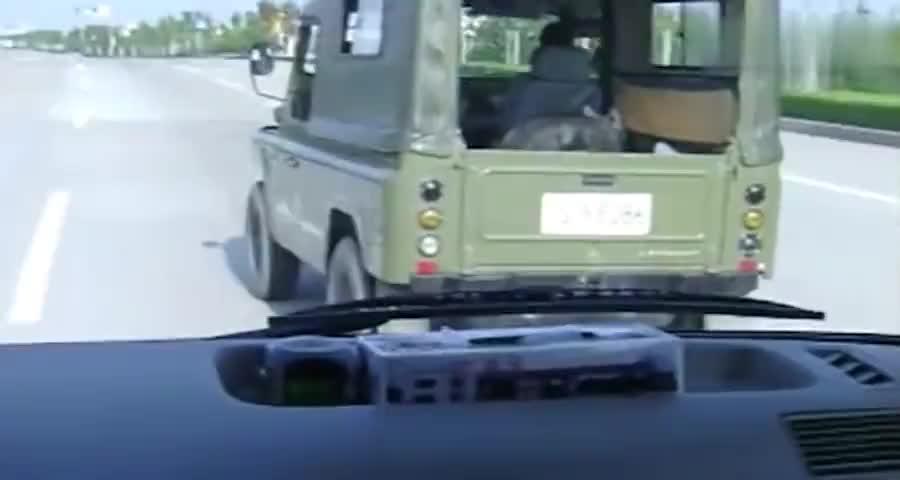 营长开军车,马路上和大巴车互相超车,却不知大巴里全是军区高层
