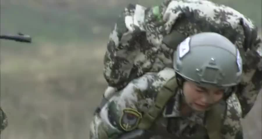 女兵在训练中倒下了,要大家丢下自己,谁料战友的做法令人感动