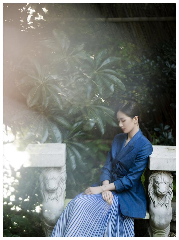 """刘诗诗带火了一种穿法,叫""""西装+半裙"""",优雅温柔中带着高级感"""