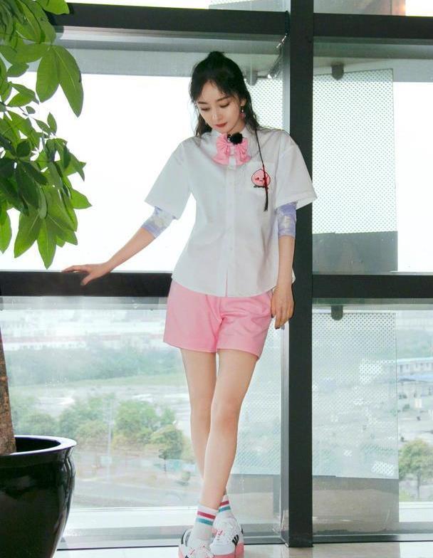 杨幂少女感真是绝了,清新衬衫搭配粉色领结,温柔又淑女
