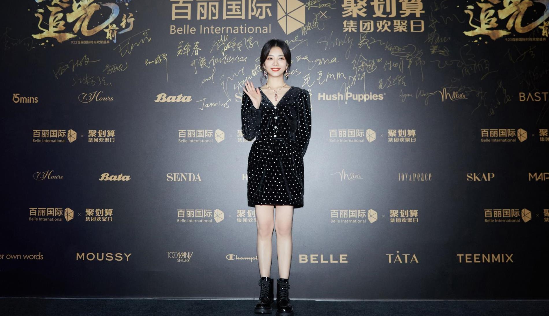 谭松韵出席活动,一袭复古黑色丝绒裙+马丁靴,元气又少女