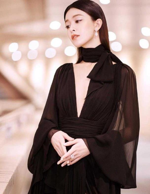 """文咏珊又出""""大招"""",一袭黑色薄纱连衣裙神秘又性感,气质招摇"""