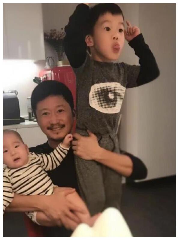 吴京夫妇餐厅为小儿子庆生,谢楠与吴所谓对嘴亲吻画面温馨
