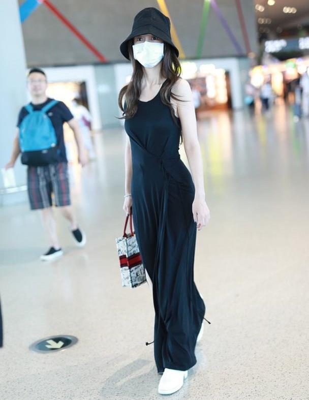 杨颖穿条背心裙都有气场,抓褶秀出小蛮腰,侧面开叉显身材高挑