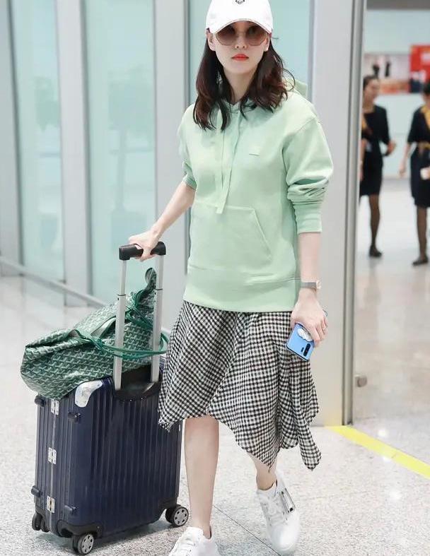 薄荷绿卫衣配不规则格纹裙,刘诗诗机场亮相,清新气质始终不减