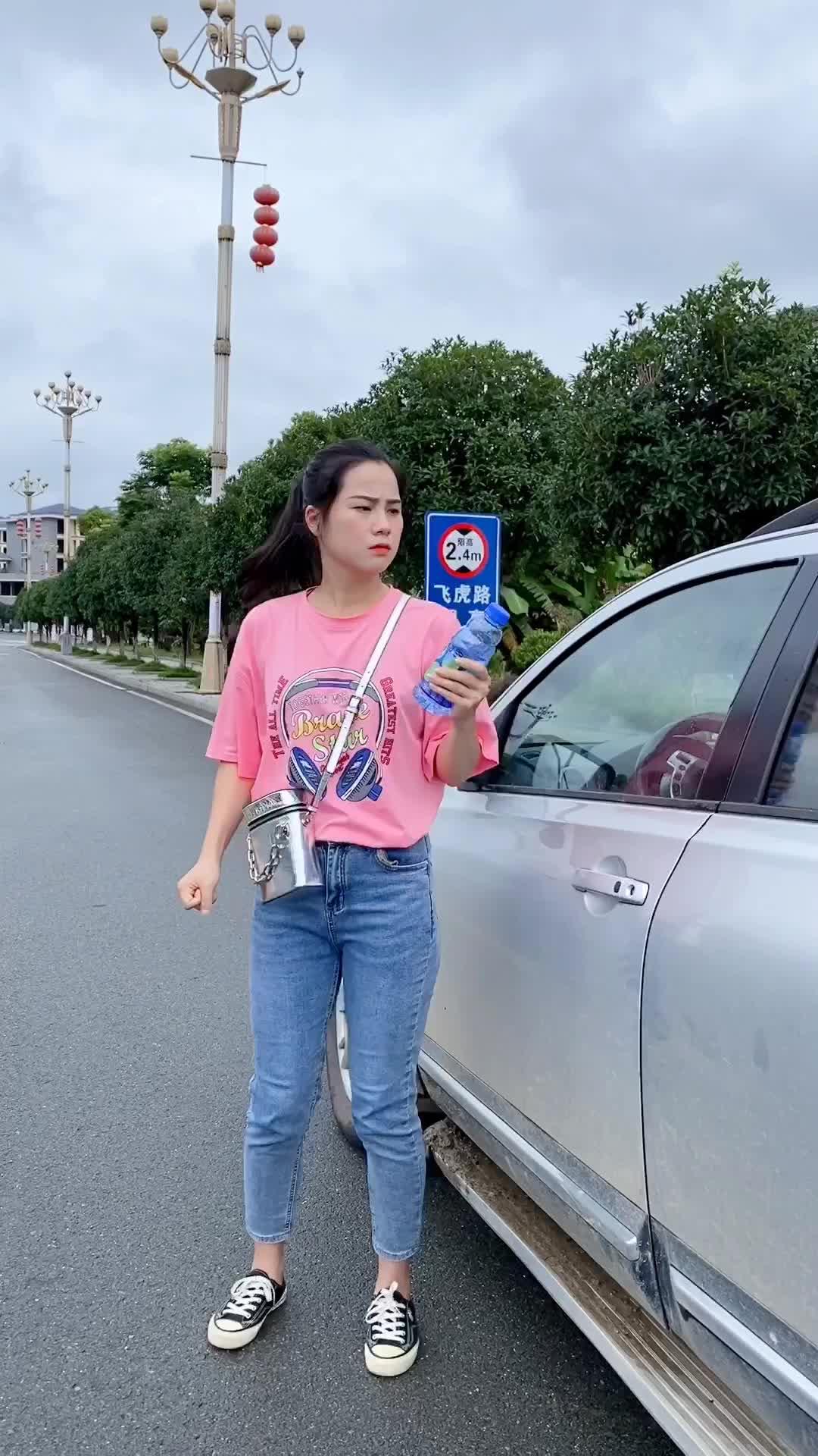 谁把没喝完的饮料瓶放我车上干嘛?