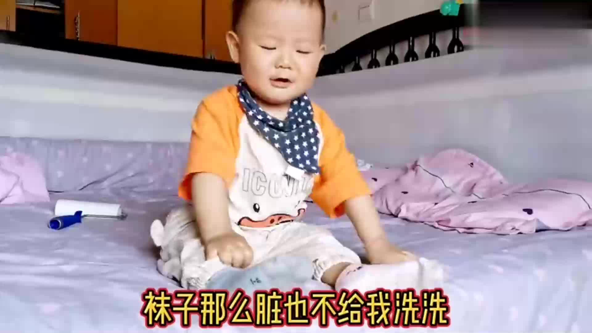 宝宝使出吃奶劲脱袜子,宝妈一旁笑,娃一忍再忍终于忍不住爆发了