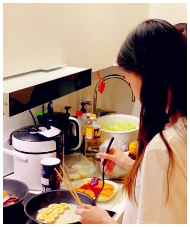 baby晒照秀厨艺,亲上阵为儿子做食物,镜头拉近太现实了!