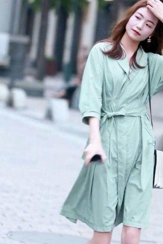 气质优雅小姐姐,身穿一件嫩绿色连衣裙,尽显女神范十足!