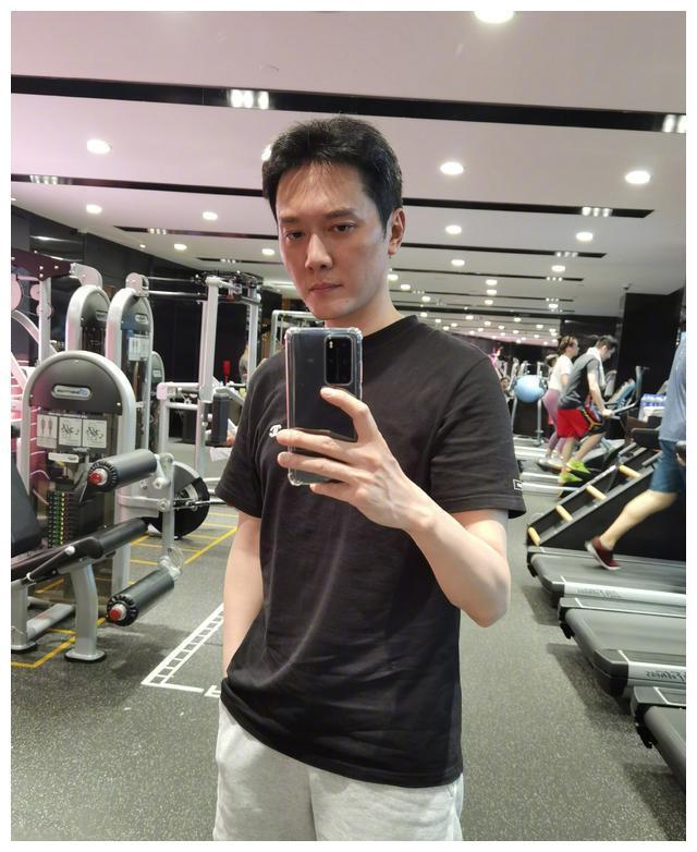 网友健身房偶遇冯绍峰,爆料其摆拍太久!身材比赵丽颖还是差太多