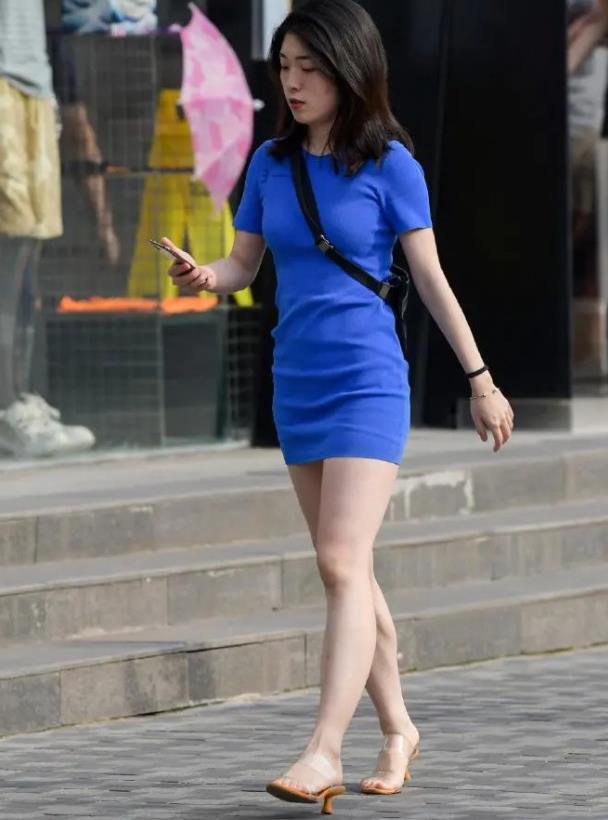 夏季日常穿搭,选择连衣短裙就行了轻盈舒适又耐看