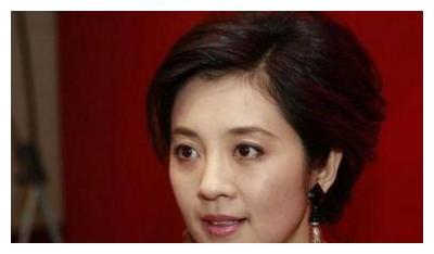 """爱上有妇之夫丁健,被央视""""劝退""""的许戈辉,今52岁近照犹如少女"""