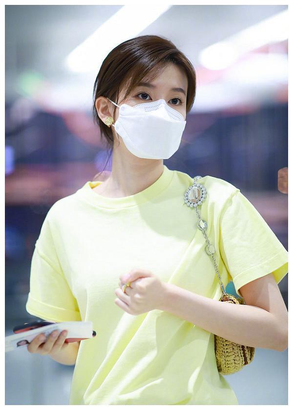 乔欣年后首现机场,穿黄色T恤一秒入夏,手上金戒指意外抢镜