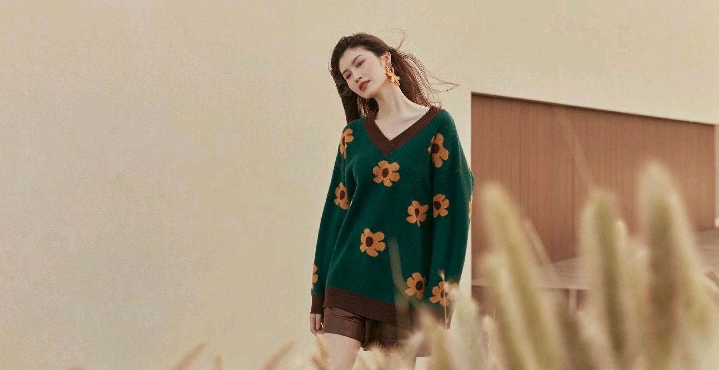 何穗不愧是超模,驾驭墨绿色针织衫毫无压力,轻松穿出时尚感