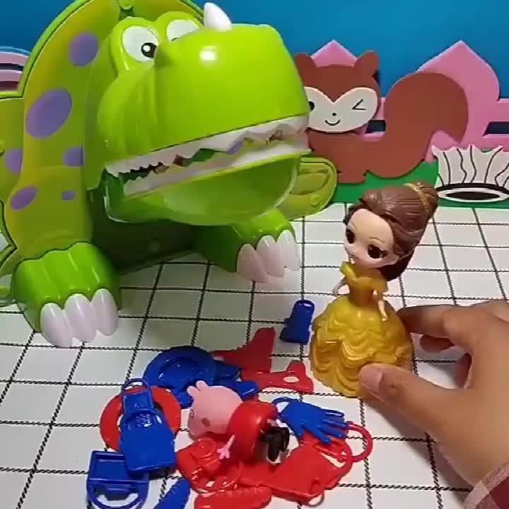 贝尔给自己的宠物大恐龙喂吃的,结果把佩奇喂了进去