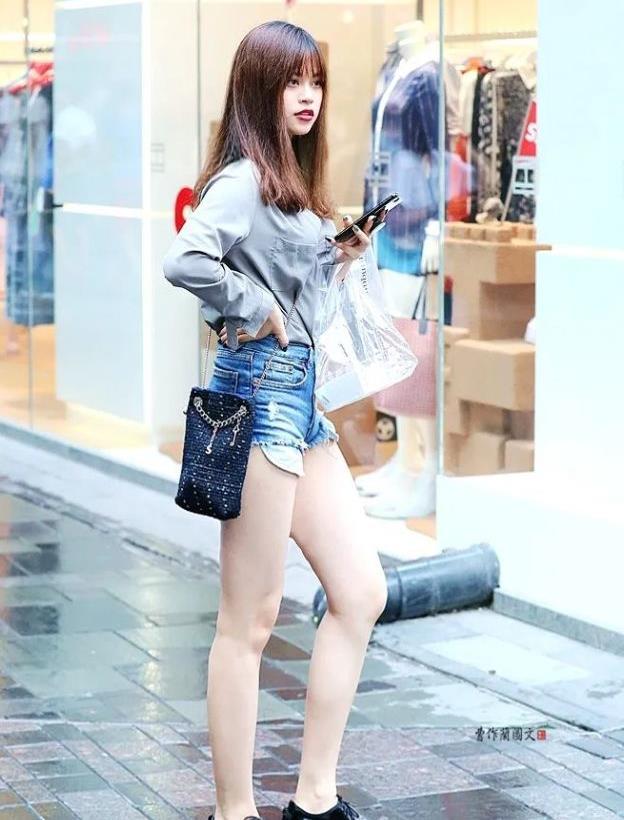 街拍:选择牛津鞋的美女,看重内涵