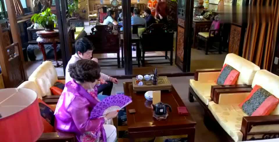 富婆带着女儿和别人相亲,不料酒店中竟然看到了自家的男友