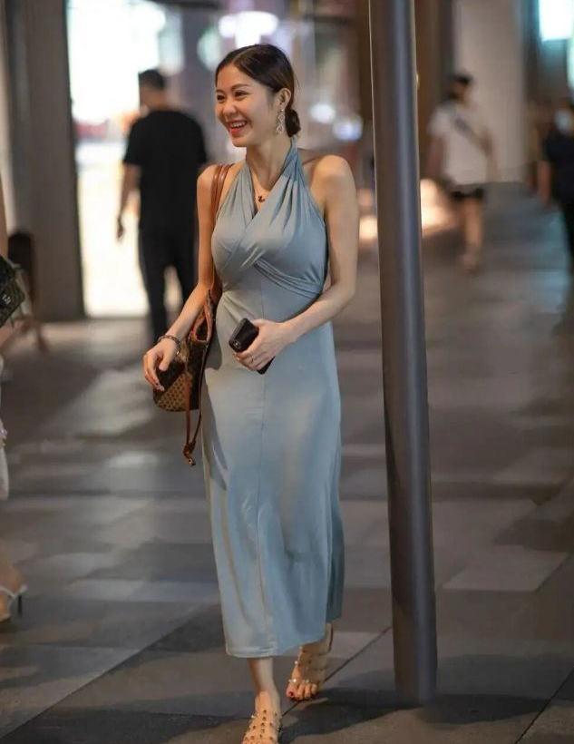 """要时髦选""""挂脖裙"""",显瘦又减龄,适合奔四的中年女士!"""