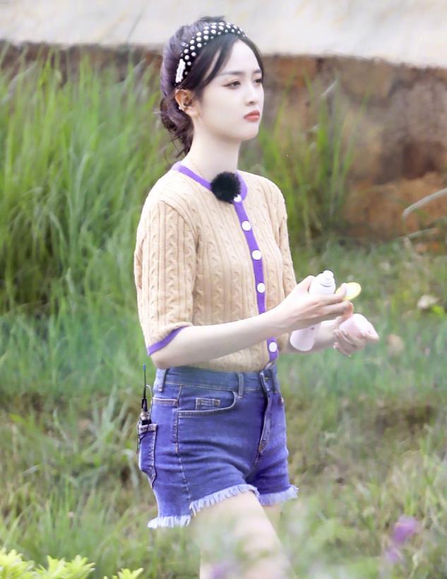 吴宣仪身穿奶黄色拼接紫色针织衫搭配牛仔短裤,活力满满的穿搭