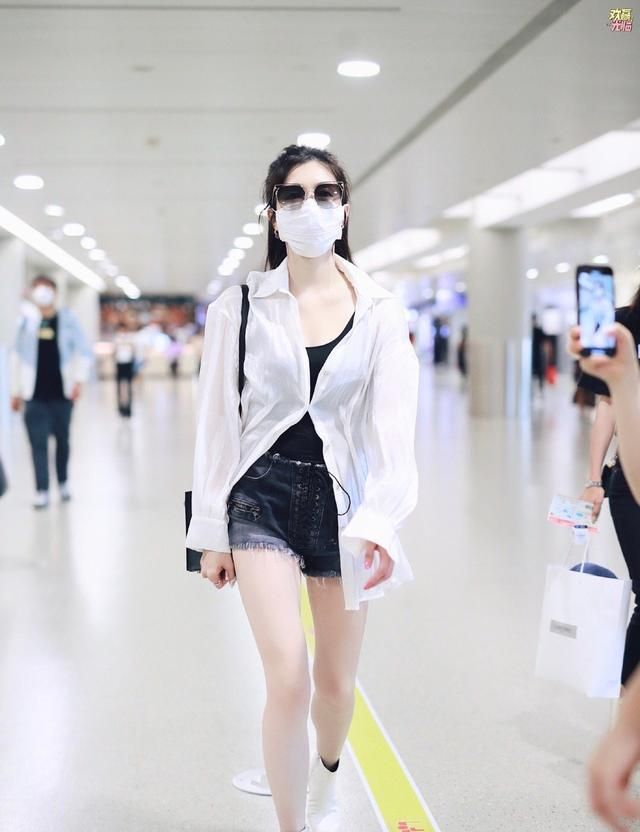 江疏影机场look更新,脚上的白色皮靴与薄纱衬衫呼应,随性大方