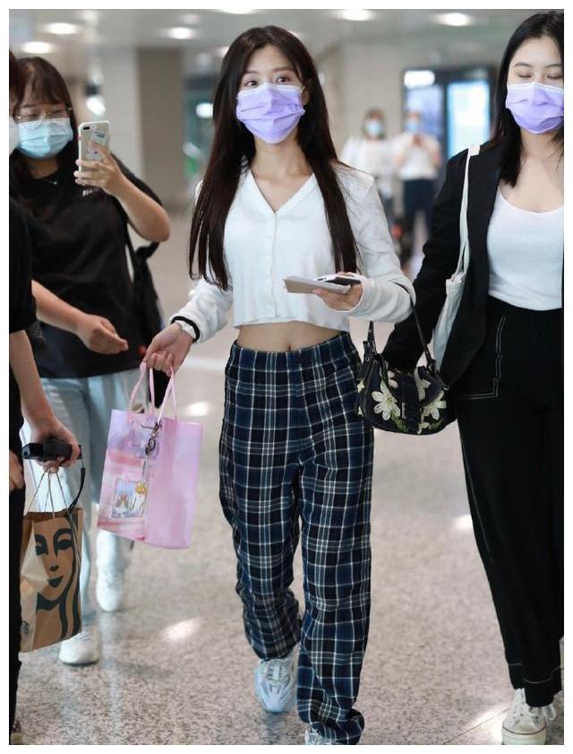 名门泽佳:陈意涵戴香芋紫口罩现身机场 低腰裤露出性感蛮腰超吸睛