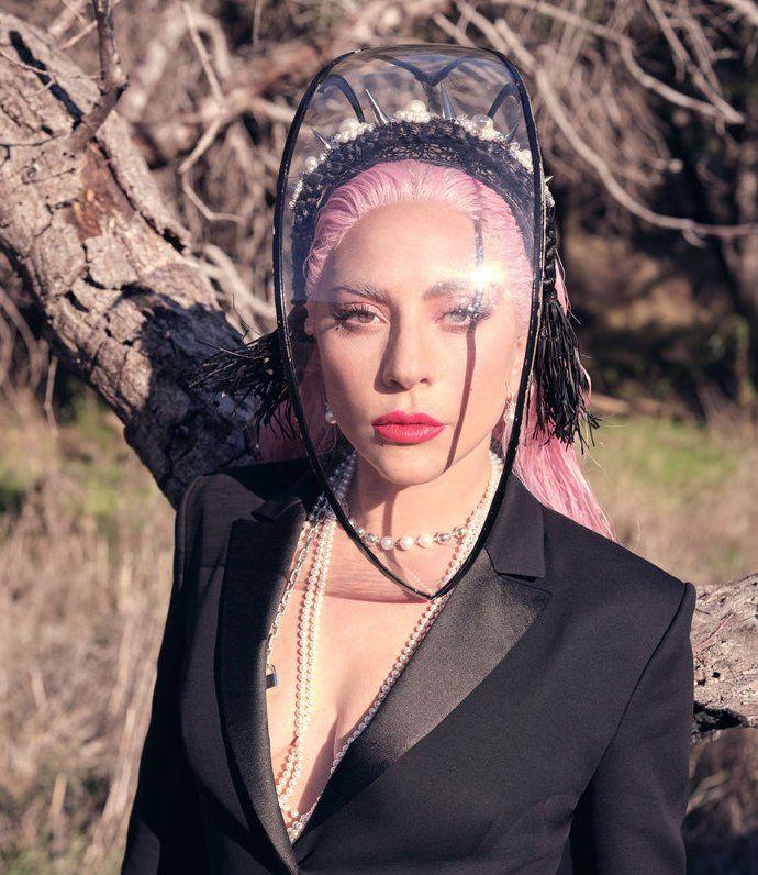 Lady Gaga演绎粉色大片,铆钉颈饰尽显时尚感,既有科技感又浪漫
