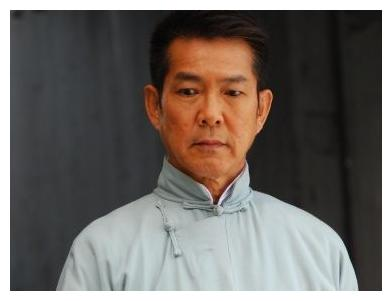63岁元彪近照曝光,满头黑发不显老,曾被誉为功夫巨星齐名成龙