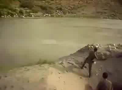 土耳其军人想吃鱼扔了颗手雷到河里