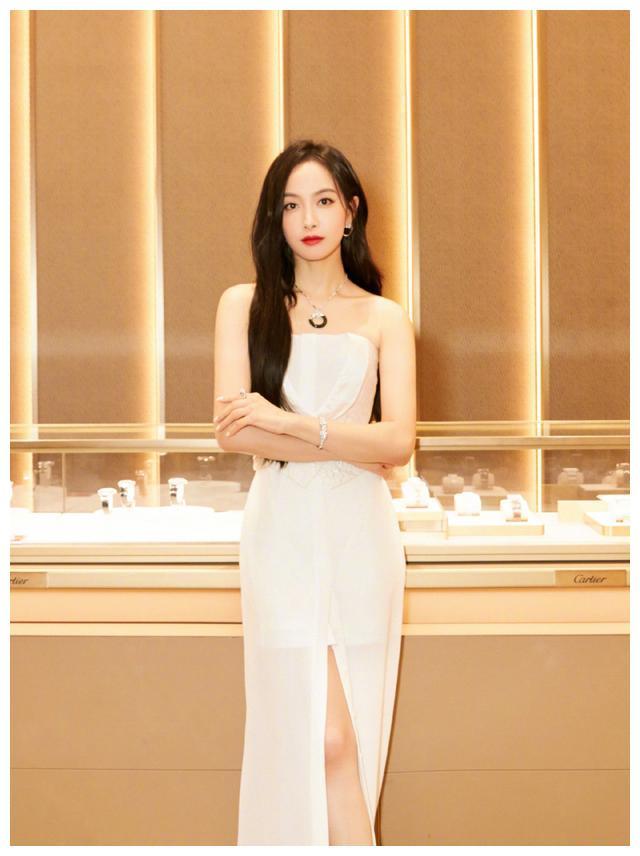 宋茜出席某活动,一袭白裙,高贵典雅,端庄秀丽