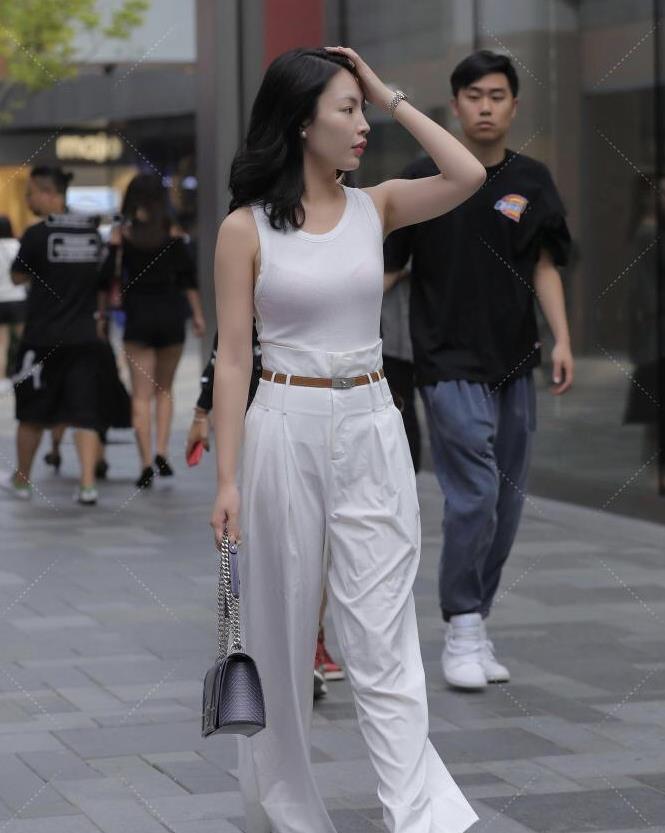 时尚达人的穿搭方式就是特殊,紧身衣搭配高腰裤子