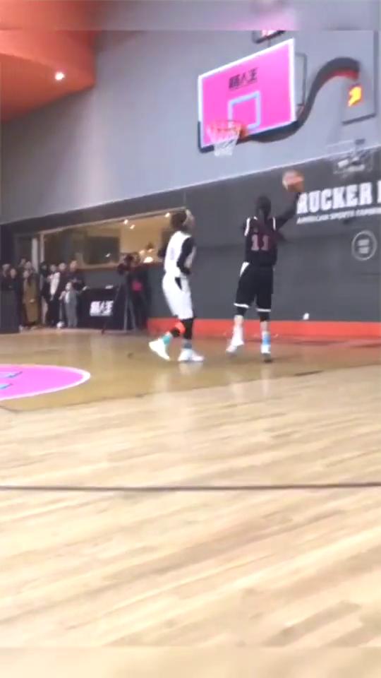 篮球场的较量,石一童转身突破,三分出手,用实力碾压对手