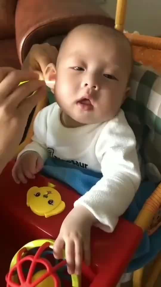 超萌小宝贝家有萌宝爱掏耳朵的小宝贝这享受的样子好可爱