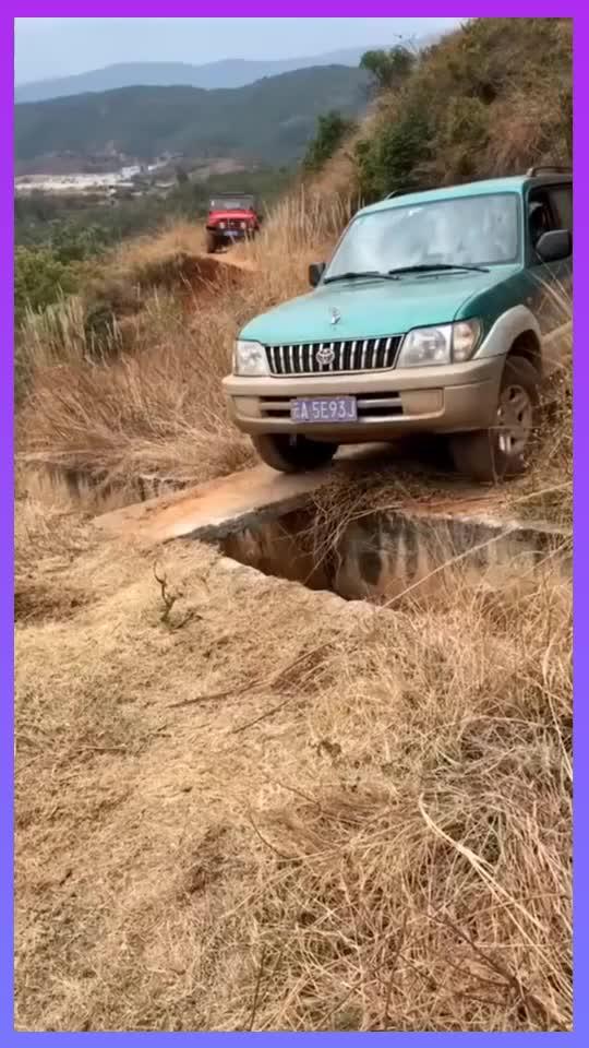越野车过水渠还好没把水渠磕坏