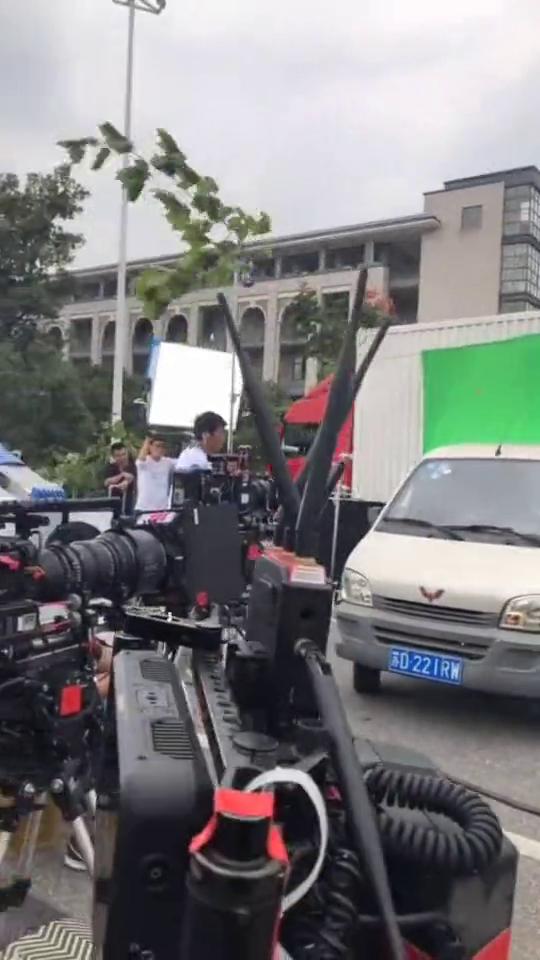 电影中汽车疾驰的画面,原来是这样拍出来的,辛苦后面的小哥了!