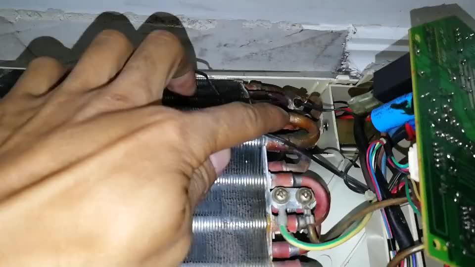 空调灯亮不能开机,这个零件坏的很少见,师傅检查半天才找到故障