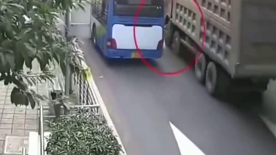 男子骑车带着女儿还这样不守交通法规,监控拍下他自寻死路的画面