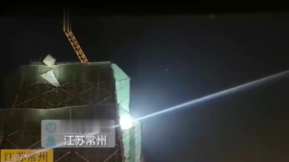工人从29层楼摔下掉在防护网上昏迷不醒,消防员乘水泥斗高空救援