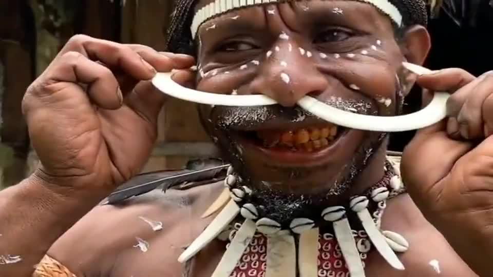 非洲原始部落勇士,正在佩戴狩猎来的野猪牙,这装扮我不理解!