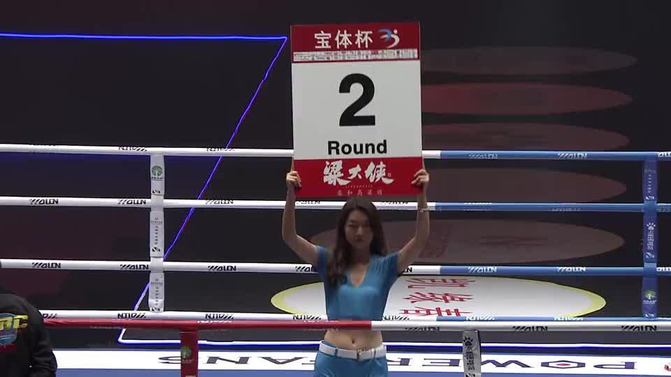 中外对抗赛:中国小伙对战外国纹身男,观众呼喊:中国队加油!