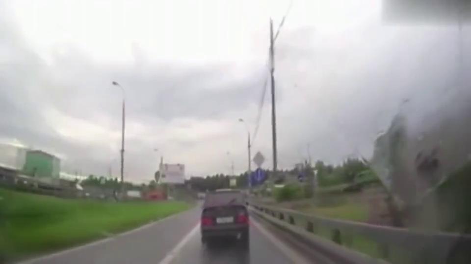 监控:两个老爷们联手欺负女司机,没想到被女司机一招反杀