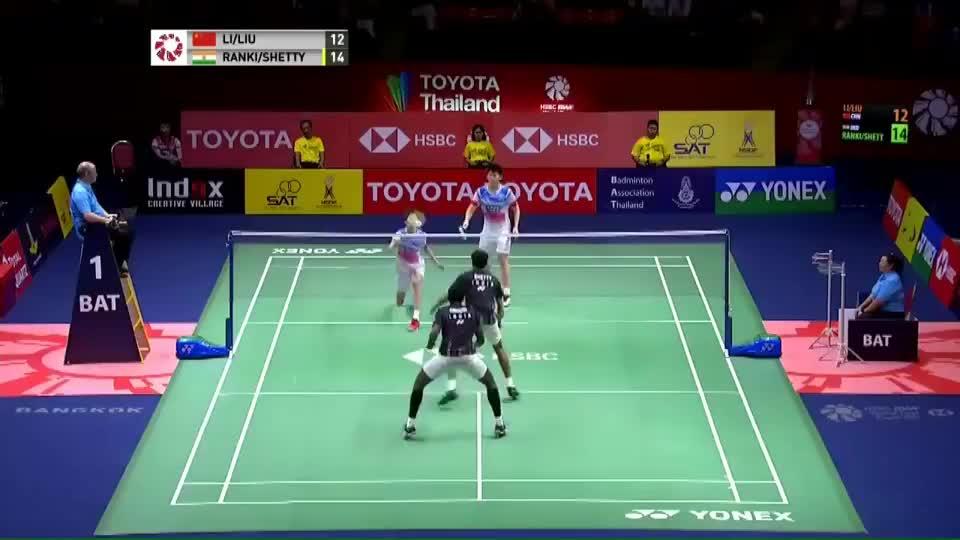 泰国男双决赛,刘雨辰侧身-后退-暴力扣杀,行如流水,直接得分!