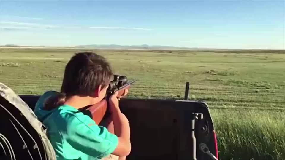 男孩儿靶场试射小口径步枪,对他来说这只是个玩具而已