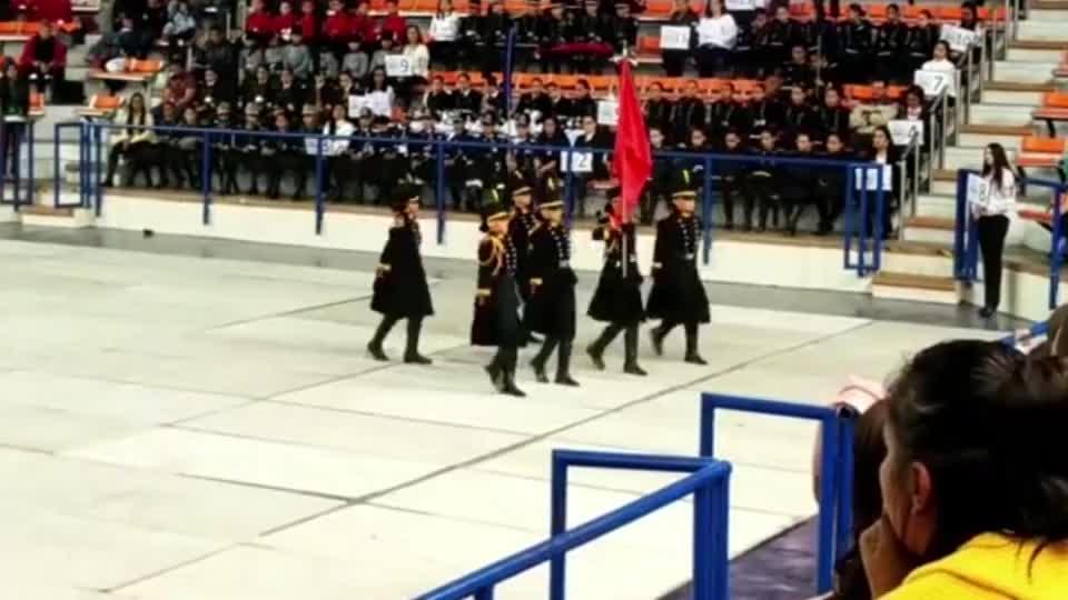 秘鲁仪仗队女兵正步训练,这夸张的跺脚动作跟印度有一拼