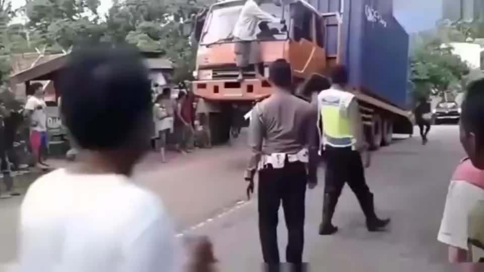 大货车能超载到这程度,绝对是高手,看的都佩服