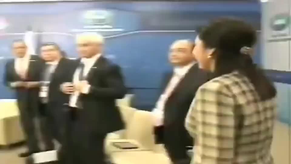 英拉和普京会面时,普京看起来好像还有点不好意思