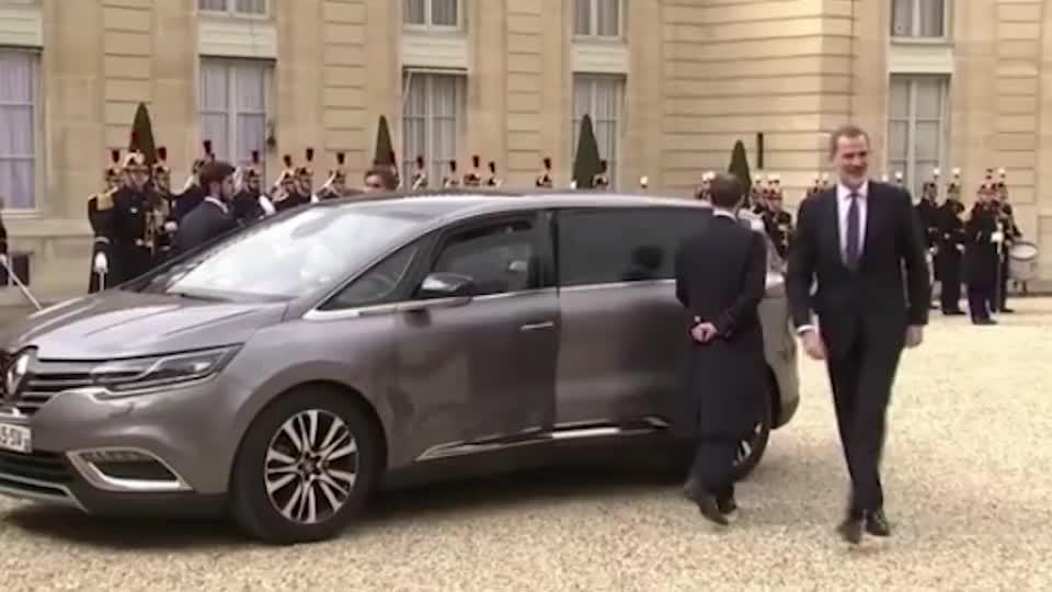 马克龙夫妇迎接西班牙国王,这种场合居然不握手,这是为何?
